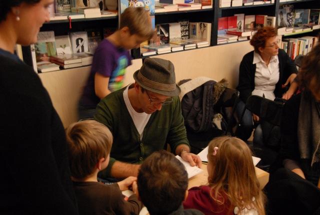 Karsten Teich signiert Cowboy Klaus Bücher bei uns